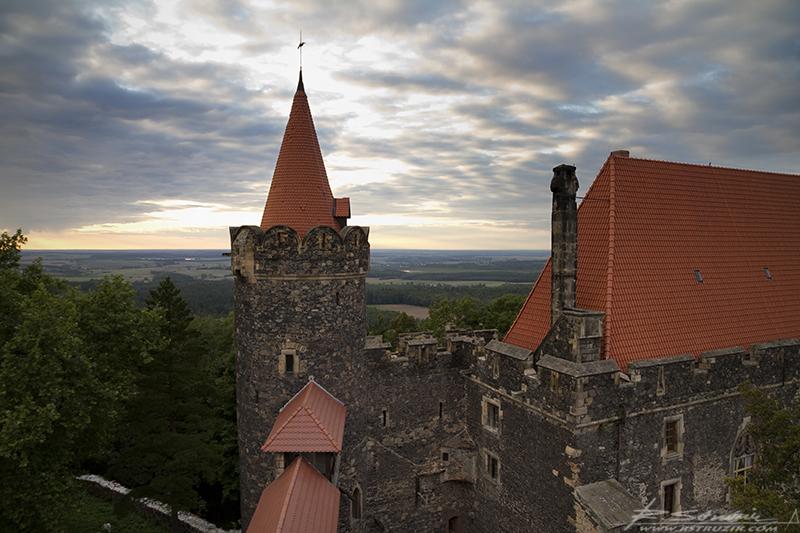 Zamek Grodziec. Południowo-zachodnia baszta zamku. Widok z innej, znacznie gorzej zachowanej wieży.